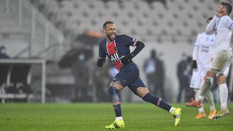Neymar Jr entra al campo de juego