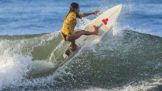 Katherine Díaz, en una práctica de surf