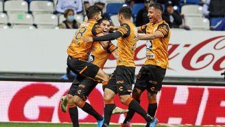 Jugadores de Pachuca festejan un gol contra Monterrey