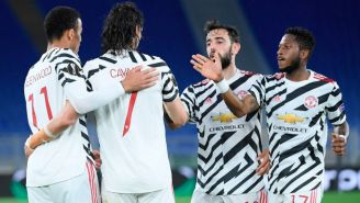 Jugadores del Manchester United festejando un gol de Cavani