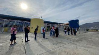Aficionados a las afueras del Estadio Hidalgo esperando comprar boletos