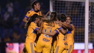 Jugadoras de Tigres Femenil en festejo