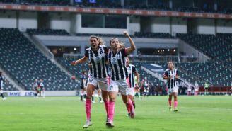 Jugadoras de Rayadas celebran un gol vs Pumas