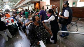 Personas recibiendo la vacuna contra el Covid-19