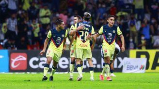 Jugadores de América se felicitan en el Azteca