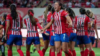 Jugadoras de Chivas festejan una anotación