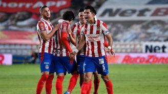 Jesús Molina celebrando un gol con Chivas