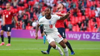 Raheem Sterling celebrando su gol vs República Checa