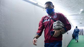 Pablo Aguilar camina en uno de los túneles del Estadio Azteca