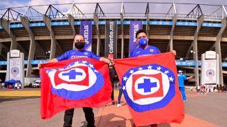 Fans de Cruz Azul en las afueras del Estadio Azteca