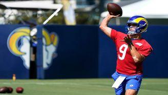 Stafford lanza el balón en una práctica con Rams