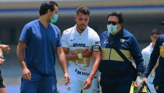 Nicolás Freire siendo atendido por los médicos en el duelo entre Pumas y Atlas
