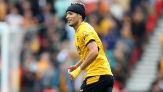 Raúl Jiménez en el duelo entre el Wolverhampton y el Stoke City