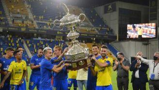 Jugadores del Cádiz levantan el Trofeo Carranza