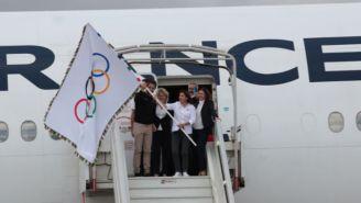 Anne Hidalgo ondea la bandera olímpica en territorio francés