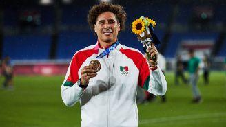 Memo Ochoa muestra su medalla de Bronce en Tokio 2020