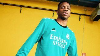 Vinícius Júnior posa con la nueva camiseta del Real Madrid