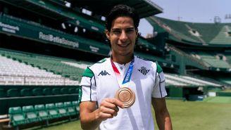 Diego Lainez presume su medalla tras el regreso a Betis