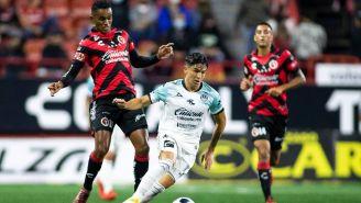 Los jugadores de Xolos y Mazatlán disputando el balón