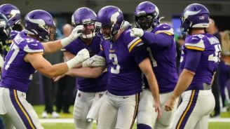Jugadores de los Vikings festejan el triunfo