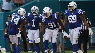 Jugadores de los Colts festejan un TD