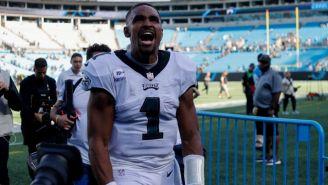 Jalen Hurts celebrando la victoria de Eagles sobre Carolina