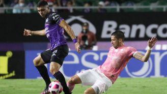 Hugo Nervo y Brian Rubio luchan por el balón