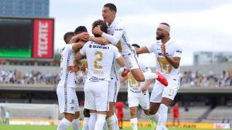 Jugadores de Pumas celebran gol vs Juárez