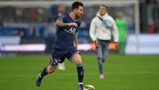 Lionel Messi ante la carrera de un aficionado