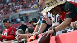 NFL: Aficionado que devolvió balón de récord de Tom Brady recibió algunos regalos de Buccaneers