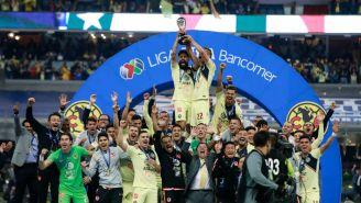 Oribe Peralta  y Paul Aguilar levantan el trofeo de Campeón