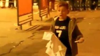 Embedded thumbnail La conmovedora reacción de un niño al conseguir firma de Cristiano