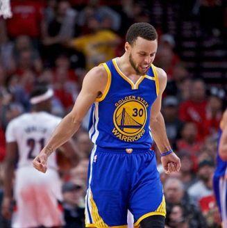 Stephen Curry festeja en el partido entre Warriors y Trail Blazers