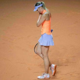 Sharapova se lamenta durante un torneo de tenis