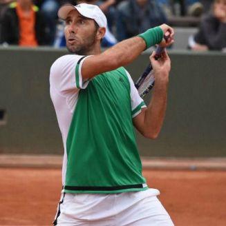 Santiago González disputa un juego en Roland Garros