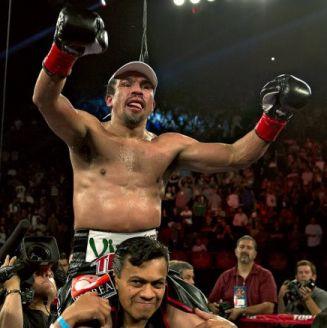 Márquez celebra la victoria en un combate