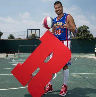 Orlando Mélendez sostiene un balón de basquetbol junto a la 'R' de RÉCORD