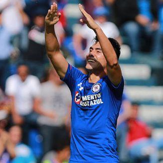 Felipe Mora celebra un gol con Cruz Azul