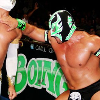 Gran Guerrero (der) le da un golpe en el pecho a Místico (izq)