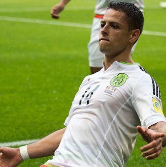 Chicharito festeja un gol con la Selección Mexicana