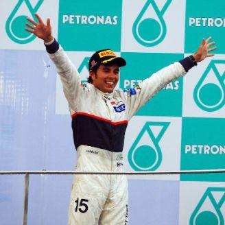 Checo Pérez subiendo al podio en el GP de Malasia