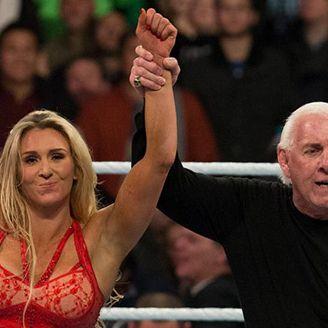 Ric Flair y Charlotte festejan después de una lucha