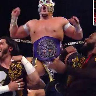 Kalisto celebra con sus compañeros, tras ganar el título