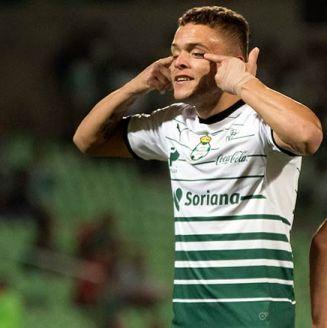 Jonathan Rodríguez festejó así el 1-0 de Santos