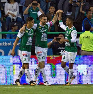 Jugadores de León celebran un gol