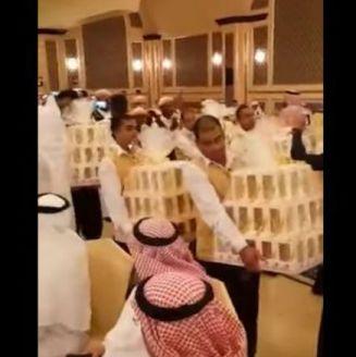 Meseros entran con IPhones 8 a boda saudí