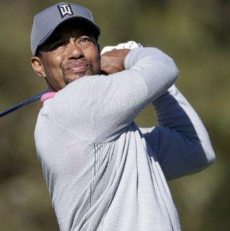 Tiger Woods mira su golpe de salida en el noveno hoyo del North Course