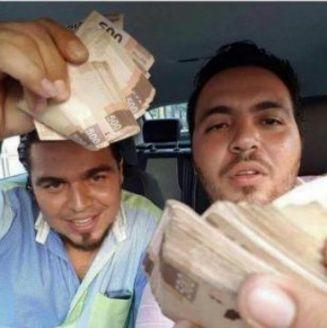 José Manuel Nieves Martínez, presume fajos de billetes