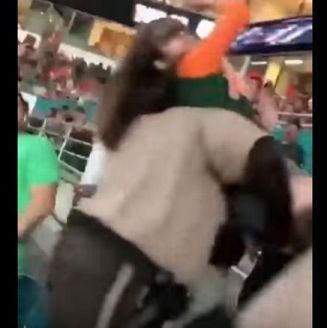 La mujer, inconsciente tras se golpeada por un polícia