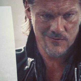 Chris Jericho sostiene una foto de Kenny Omega